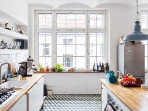 białe okno w kuchni